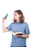 El hombre está mirando una tarjeta del ordenador fotografía de archivo libre de regalías
