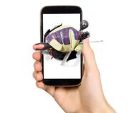 El hombre está mostrando las herramientas de la pantalla del teléfono móvil Fotos de archivo
