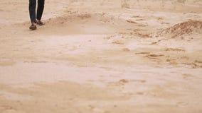 El hombre está pasando a través de desierto Pies de primer almacen de metraje de vídeo