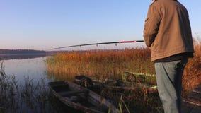 El hombre está pescando el día del otoño almacen de metraje de vídeo