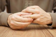 El hombre está sacando el anillo de bodas Imágenes de archivo libres de regalías