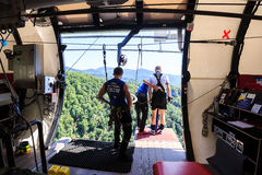 El hombre está saltando el tipo del trago a partir de 207 metros de altura, estilo libre-bungy Fotografía de archivo