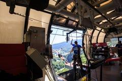 El hombre está saltando el tipo del trago a partir de 207 metros de altura, estilo libre-bungy Imágenes de archivo libres de regalías