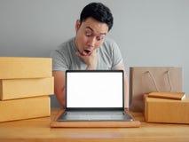 El hombre está sintiendo feliz y está sorprendiendo con su orden y ventas en foto de archivo
