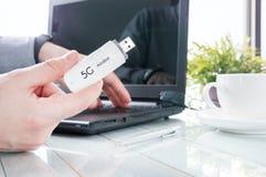 El hombre está sosteniendo el módem moderno 5G Fotos de archivo libres de regalías