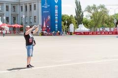 El hombre está tomando imágenes mientras que en la zona de la fan del mundial 2018 de la FIFA Imágenes de archivo libres de regalías
