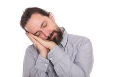 El hombre está tomando una siesta un breve periodo de tiempo Imagen de archivo