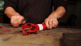 El hombre está trabajando con un artículo del cuchillo y del cuero almacen de video
