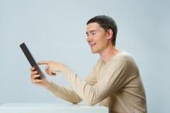 El hombre está utilizando la tableta para la comunicación en charla o la charla video Concepto social de los media fotografía de archivo libre de regalías