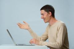 El hombre está utilizando el ordenador portátil para la comunicación en charla o la charla video Concepto social de los media imagen de archivo libre de regalías