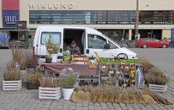 El hombre está vendiendo diversas mercancías al aire libre en Turku, Finlandia Fotografía de archivo