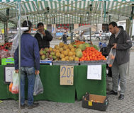 El hombre está vendiendo las frutas y las bayas al aire libre en Malmö, Suecia Fotos de archivo libres de regalías