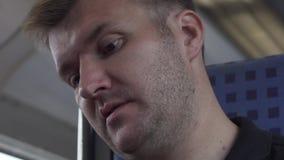 El hombre está viajando en tren almacen de metraje de vídeo