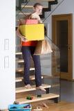 El hombre está caminando abajo de las escaleras Imágenes de archivo libres de regalías