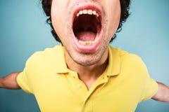 El hombre está gritando Foto de archivo