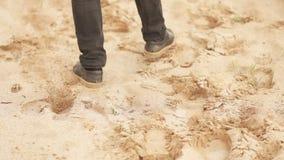 El hombre est? pasando a trav?s de desierto Pies de primer almacen de metraje de vídeo