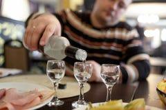 Vodka de colada del hombre en pub Fotografía de archivo