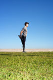 El hombre estira la pierna antes de correr Foto de archivo libre de regalías