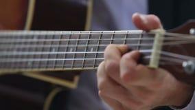 el hombre europeo juega acordes de la guitarra en fingerboard metrajes