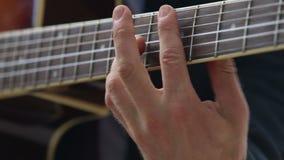 el hombre europeo juega acordes de la guitarra en fingerboard almacen de metraje de vídeo