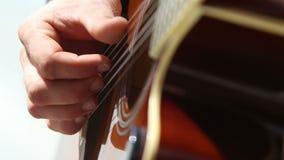 el hombre europeo juega el primer de la guitarra