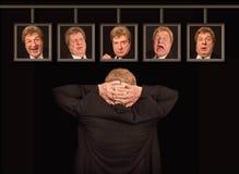 El hombre europeo mayor delante de los carteles con sus caras imagen de archivo libre de regalías