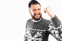 El hombre feliz con una barba, un hombre representa un gesto de la victoria y del éxito foto de archivo libre de regalías