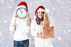 El hombre feliz de los pares y la mujer gorda celebran la Navidad y el Año Nuevo Imagenes de archivo