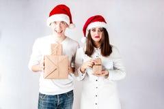 El hombre feliz de los pares y la mujer gorda celebran la Navidad y el Año Nuevo Imagen de archivo libre de regalías