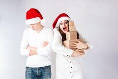 El hombre feliz de los pares y la mujer gorda celebran la Navidad y el Año Nuevo Imagen de archivo