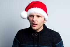 El hombre feliz del Año Nuevo de la Navidad en el sombrero de Santa Claus representa diverso Imagen de archivo