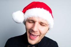 El hombre feliz del Año Nuevo de la Navidad en el sombrero de Santa Claus representa diverso Fotos de archivo libres de regalías