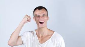 El hombre feliz del retrato celebra la sonrisa del éxito Logro financiero de la libertad fotografía de archivo libre de regalías