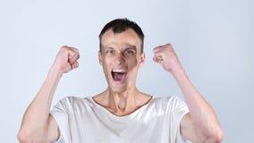 El hombre feliz del retrato celebra la sonrisa del éxito Logro financiero de la libertad imagen de archivo libre de regalías
