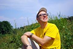 El hombre feliz en vidrios Foto de archivo libre de regalías