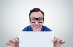 El hombre feliz en vidrios sostiene una hoja delante del Libro Blanco imagen de archivo
