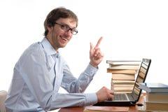 El hombre feliz es disfruta en ordenador portátil delantero Imagen de archivo
