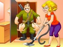 El hombre feliz volvió a casa de la caza, mujer con el aspirador Imagen de archivo