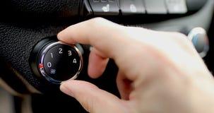 El hombre fija la temperatura de la condición del aire en el coche Cierre para arriba almacen de metraje de vídeo