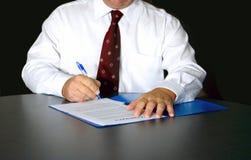 El hombre firma el contrato Fotografía de archivo libre de regalías