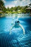 El hombre flota bajo el agua en piscina Fotos de archivo libres de regalías