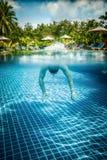 El hombre flota bajo el agua en piscina Imágenes de archivo libres de regalías