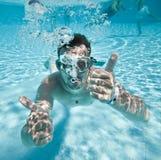 El hombre flota en piscina Foto de archivo libre de regalías