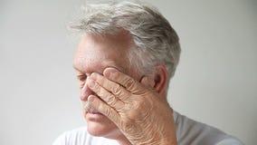 El hombre frota sus ojos cansados metrajes