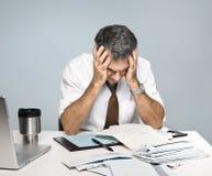 El hombre frustrado se preocupa de cuentas sin pagar de la economía fotos de archivo libres de regalías