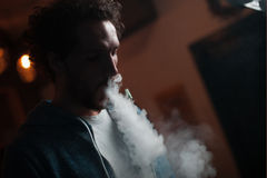 El hombre fuma la cachimba Fotos de archivo libres de regalías