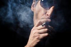 El hombre fuma un cigaret Imagen de archivo