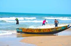 El hombre gambiano del pescador que trabaja difícilmente Imagenes de archivo