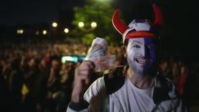 El hombre ganó el dinero en la apuesta de los deportes Fútbol o fútbol Los dólares la cámara lenta almacen de video
