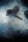 El hombre golpeó una espada en humo Fotos de archivo libres de regalías